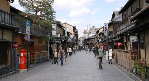 Hanamikoji street in Gion (photo from japan-guide.com )