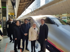 Minister Nancy trying out the Shinkansen